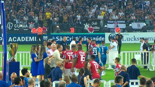 Raí convence jogadores do São Paulo a receberem medalhas de vice após saída de campo