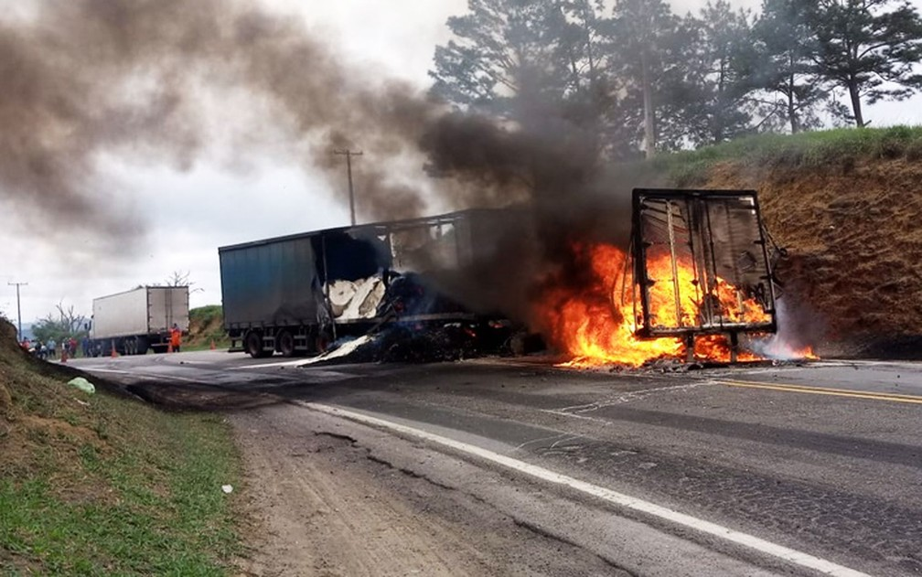 Carretas pegaram fogo após batida na BR-116, trecho da cidade de Irajuba, no sudoeste da Bahia — Foto: Blog do Marcos Frahm