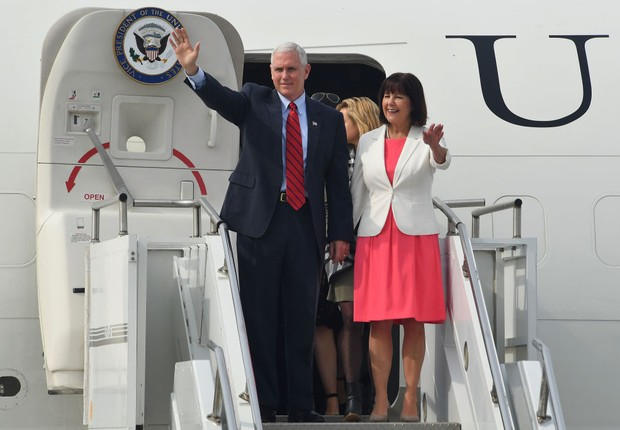 Mike Pence chegando com sua esposa à Coreia do Sul (Foto: Song Kyung-Seok-Pool/Getty Images)