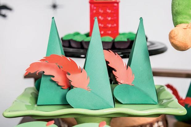 Detalhe – As caixinhas de craft, com balas de goma dentro, tinham uma pena, também de papel, fazendo referência ao chapéu do Peter Pan. (Foto: Thais Galardi/GNT)