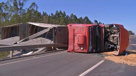 Caminhão tomba e interdita pistas da rodovia Raposo Tavares por quatro horas em Alambari