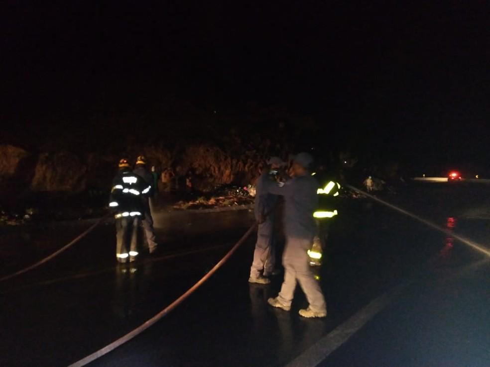 Bombeiros lavaram a pista para retirar o óleo (Foto: Polícia Rodoviária Federal/ Divulgação)