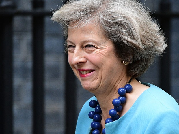 A ministra britânica do Interior, Theresa May, chega a Downing Street para reunião com o primeiro-ministro David Cameron em Londres, na segunda (27) (Foto: Leon Neal/AFP)