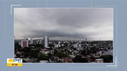 Grande Recife tem raios, chuva intensa e ruas alagadas