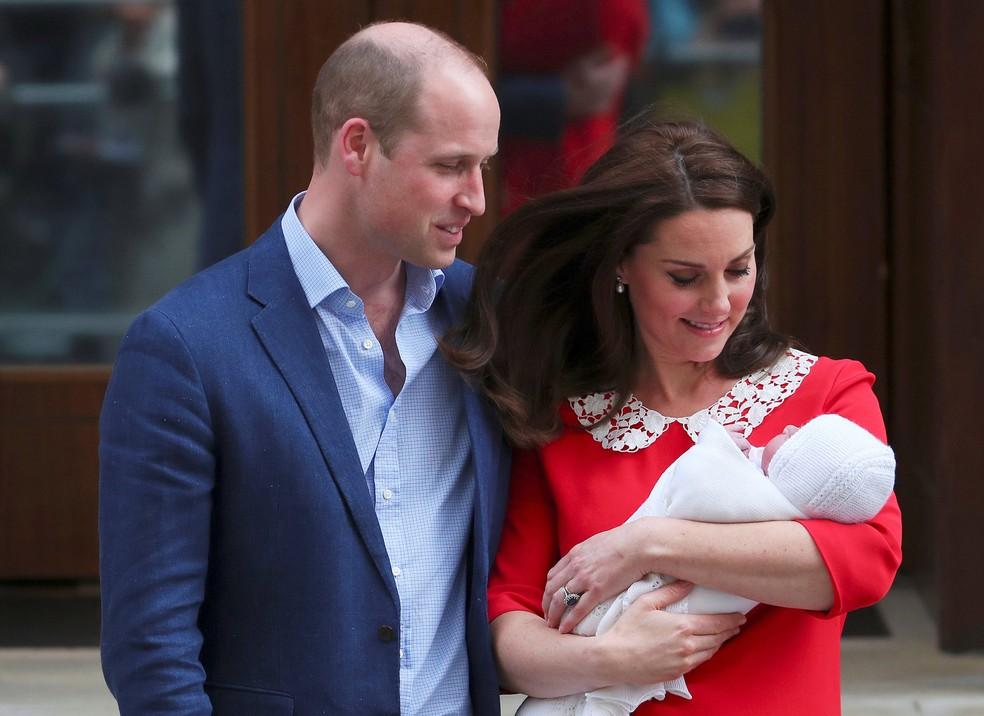 A duquesa de Cambridge Kate Middleton e o príncipe William mostram seu filho recém-nascido à mídia em frente ao Hospital St Mary, no centro de Londres, na Inglaterra (Foto: Hannah Mckay/Reuters)