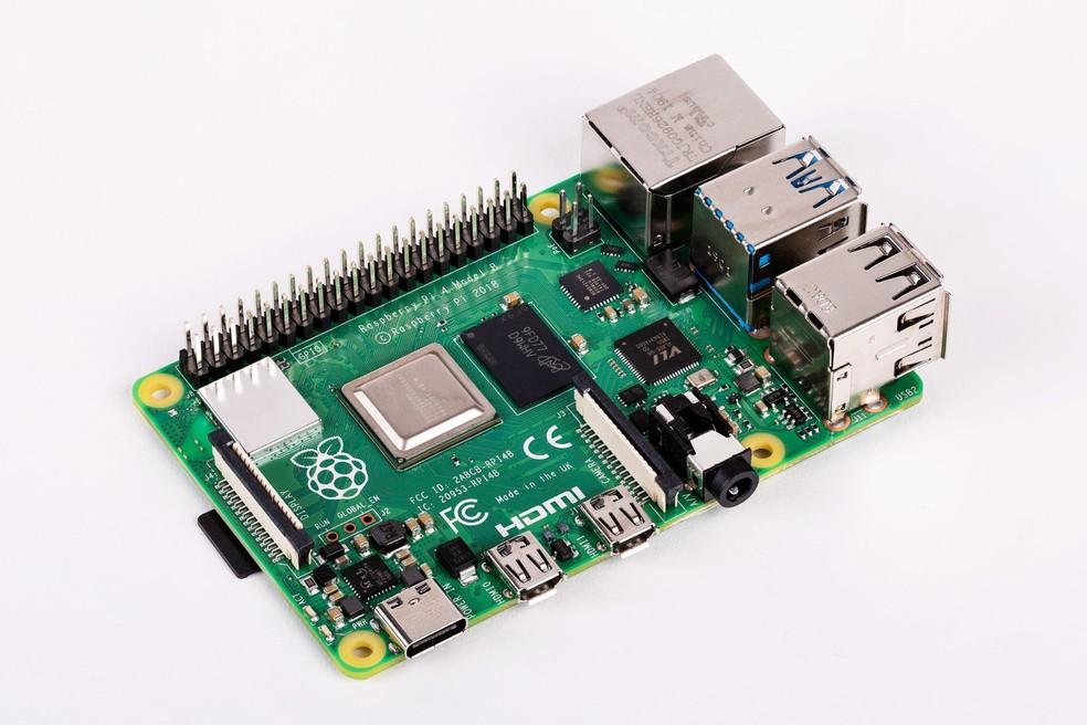 Apesar das várias melhorias no hardware, Pi 4 mantem o mesmo formato do Pi 3 — Foto: Divulgação/Raspberry Pi Foundation
