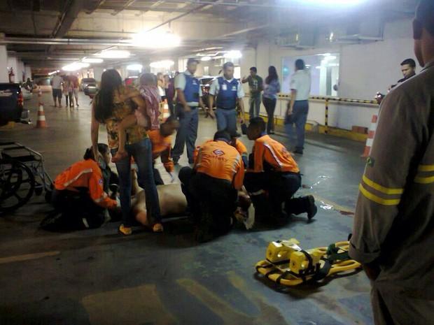 Homem foi esfaqueado dentro de estacinamento de shopping (Foto: Reprodução)