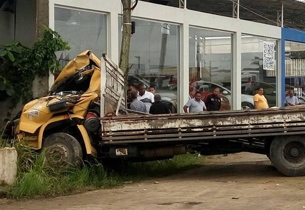 Motorista morreu no local e outras duas pessoas ficaram feridas (Foto: Filipe Carbone/G1)