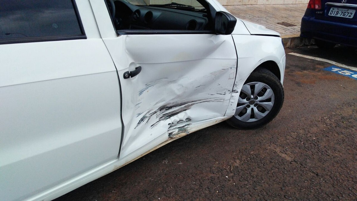 Mulher fica ferida em acidente envolvendo dois carros no Centro de Campo Grande