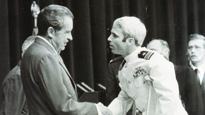 McCain chegou de muletas às boas-vindas que o presidente Nixon deu aos prisioneiros de guerra do Vietnã, em 1973 (Foto: Getty Images)