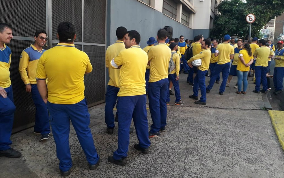 Parte dos funcionários do Correio entram em greve em Ribeirão Preto (SP) — Foto: Vinícius Alves/CBN