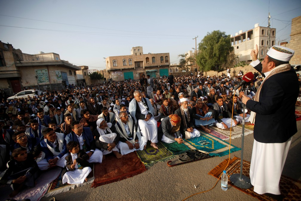 Apoiadores do movimento houthi, no Irã, rezam pelo Eid al-Fitr, que marca o fim do mês sagrado do Ramadã, em Sana'a, capital do Iêmen, no dia 5 de junho. — Foto: Mohamed al-Sayaghi/Reuters