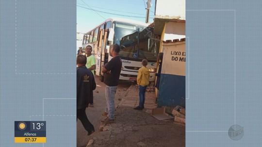 Dois ônibus da mesma linha sofrem acidente em distrito de São Tomé das Letras, MG
