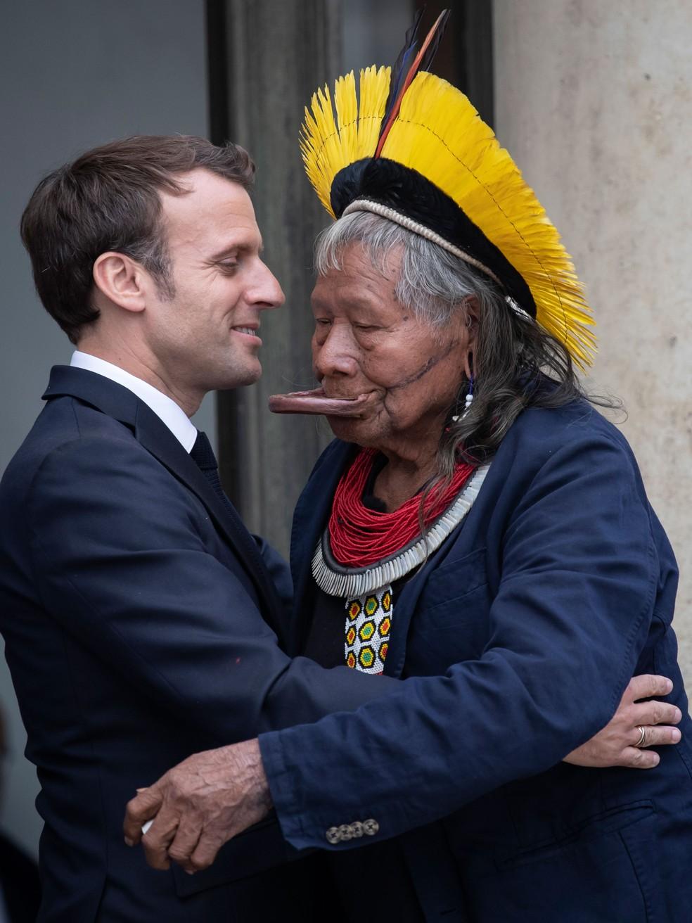 Presidente francês, Emmanuel Macron, cumprimenta líder indígena Raoni, em encontro no Palácio do Eliseu, sede do governo, em Paris, em maio de 2019 — Foto: Thomas Samson / AFP