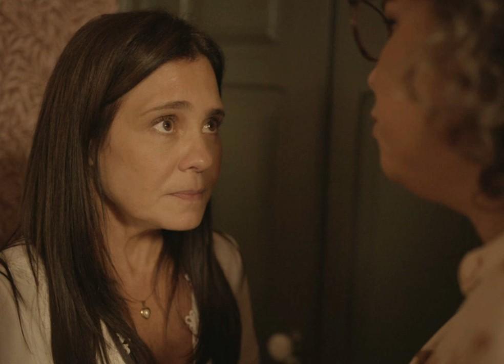 Thelma (Adriana Esteves) fica pressionada por Jane (Isabel Teixeira) — Foto: Globo