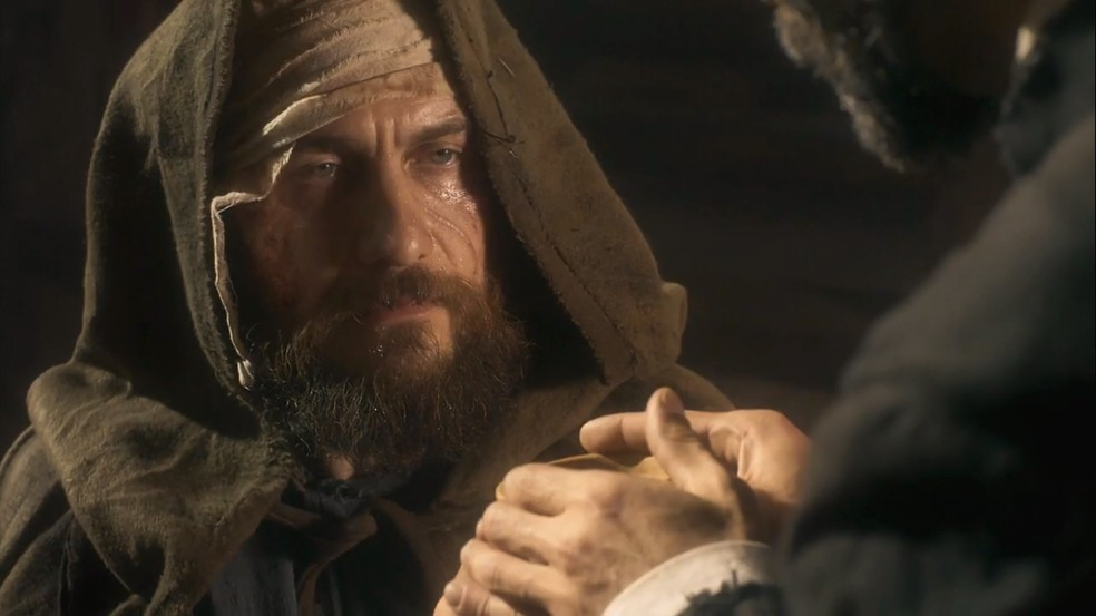 Thomas (Gabriel Braga Nunes) escapa da morte e recebe os cuidados de um padre, em 'Novo Mundo' — Foto: TV Globo