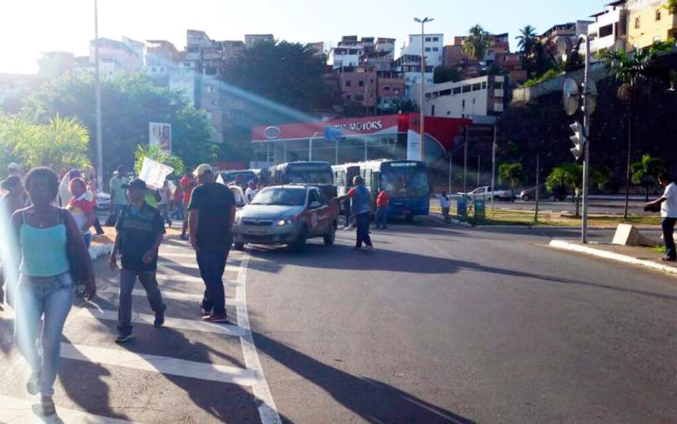 Grupo protesta contra reforma trabalhista, que entra em vigor no sábado (11) (Foto: Mauro Anchieta/TV Bahia)