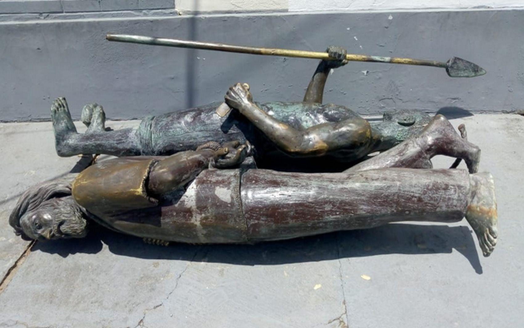 Mulher é presa após derrubar e danificar estátuas de bronze na Orla de Aracaju