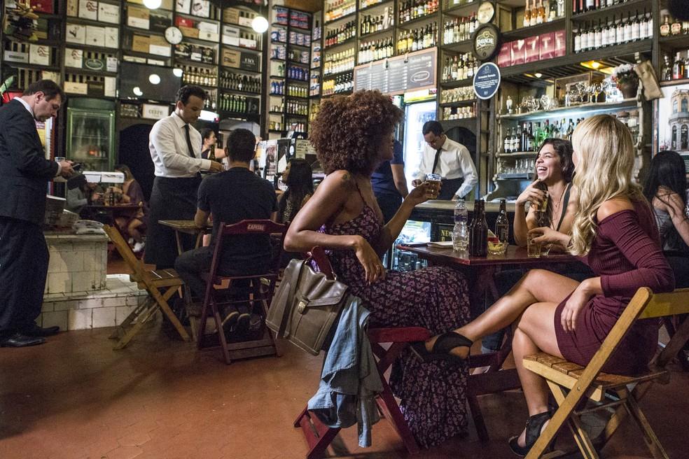 Em 'A Força do Querer', Jeiza (Paolla Oliveira) está se divertindo no bar com as amigas quando Zeca (Marco Pigossi) aparece — Foto: Fábio Rocha/Gshow