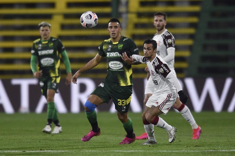Michael disputa a bola no duelo com o Defensa y Justicia — Foto: Gustavo Garello-Pool/Getty Images