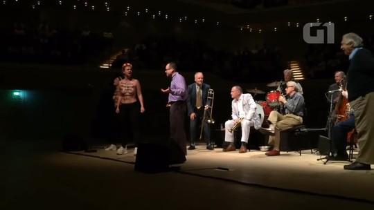 Ativistas do Femen invadem seminuas show de Woody Allen na Alemanha