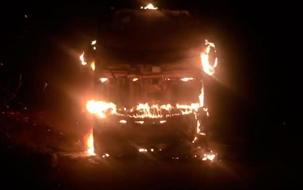 Ônibus foi tomado pelo fogo na madrugada deste sábado  (Foto: Isa Mendes / Arquivo Pessoal)
