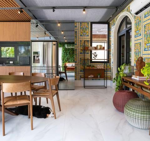 Casa de 800 m² combina estilo contemporâneo e toques clássicos