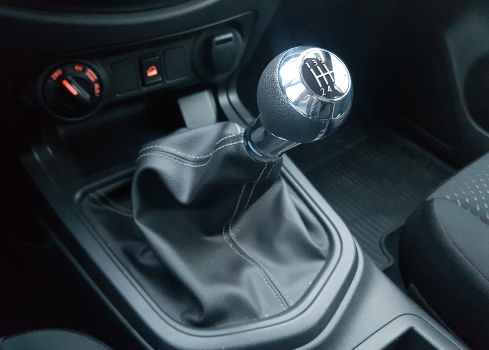 6-speed manual transmission has long lever, but with easy couplings - Photo: Guilherme Fontana / G1
