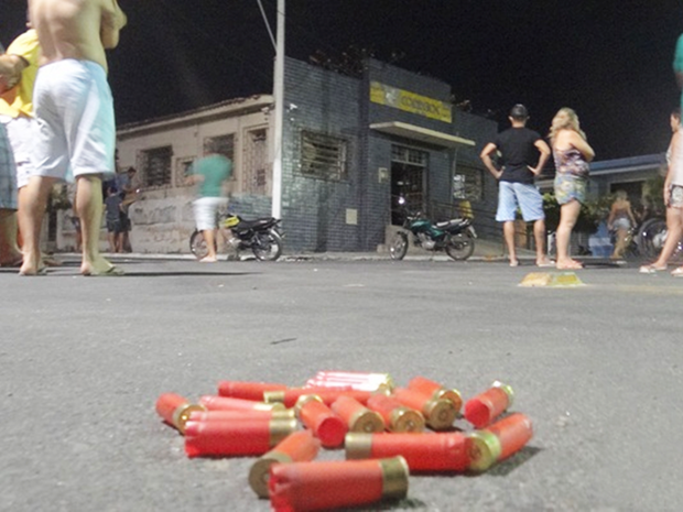 Explosão no interior da agência acordou muita gente na cidade; além de dinamite, quadrilha também usou armas de grosso calibre (Foto: Diego Freitas/CG na Mídia)