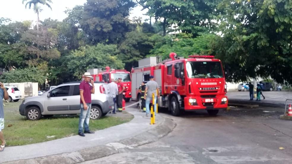 Corpo de Bombeiros atuou no combate ao incêndio no Hospital das Clínicas, em Salvador — Foto: Cid Vaz/TV Bahia