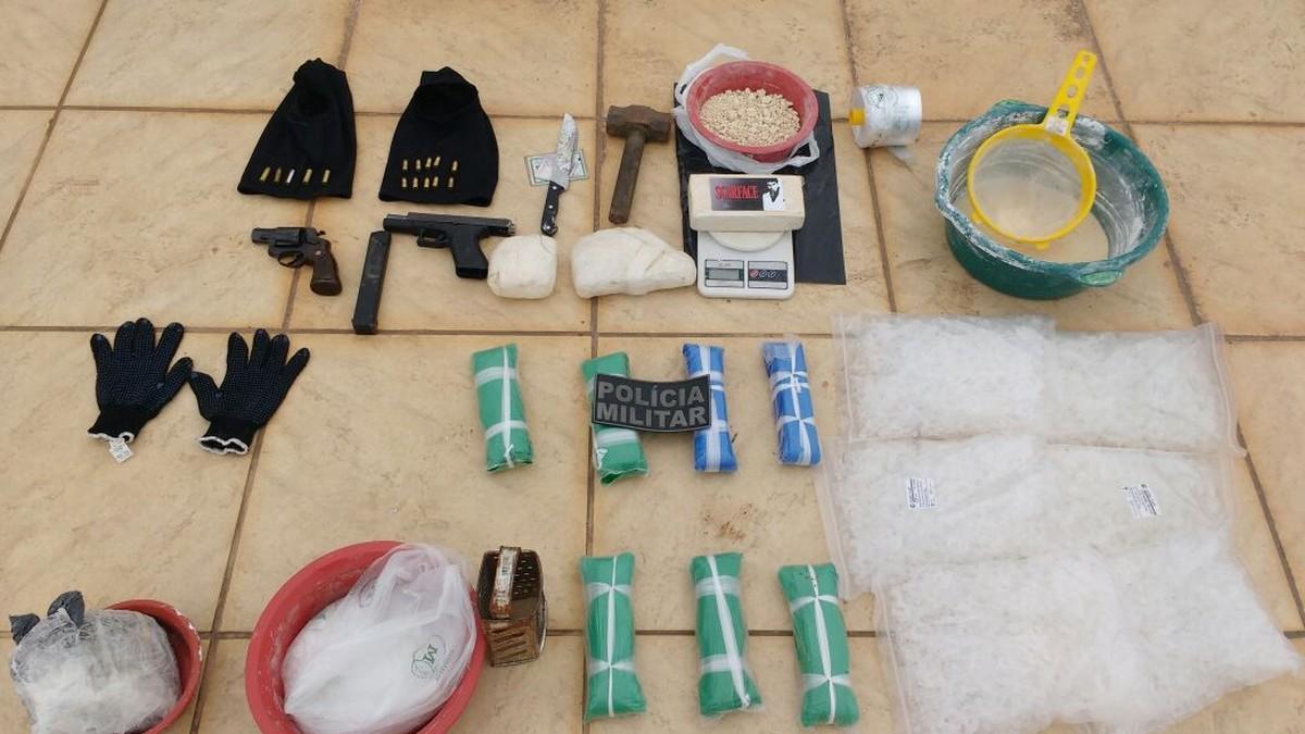 Suspeitos são detidos com drogas após trocar tiros com a PM em Búzios, no RJ