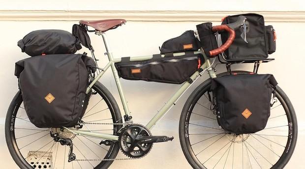 Nathan Hughes aprendeu a fazer os bagageiros de bicicleta assistindo vídeos no YouTube (Foto: Divulgação)
