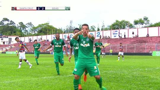 Gol do Goiás! Douglas se enrola com a bola, Brasília aproveita e faz mais um, aos 45 do 2º tempo