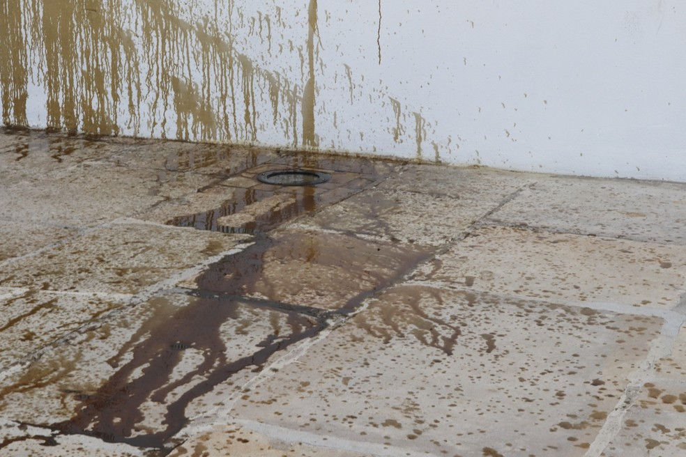 Óleo automotivo é derramado nas paredes, escadarias e portas do local — Foto: Divulgação/Paróquia Nossa Senhora da Purificação
