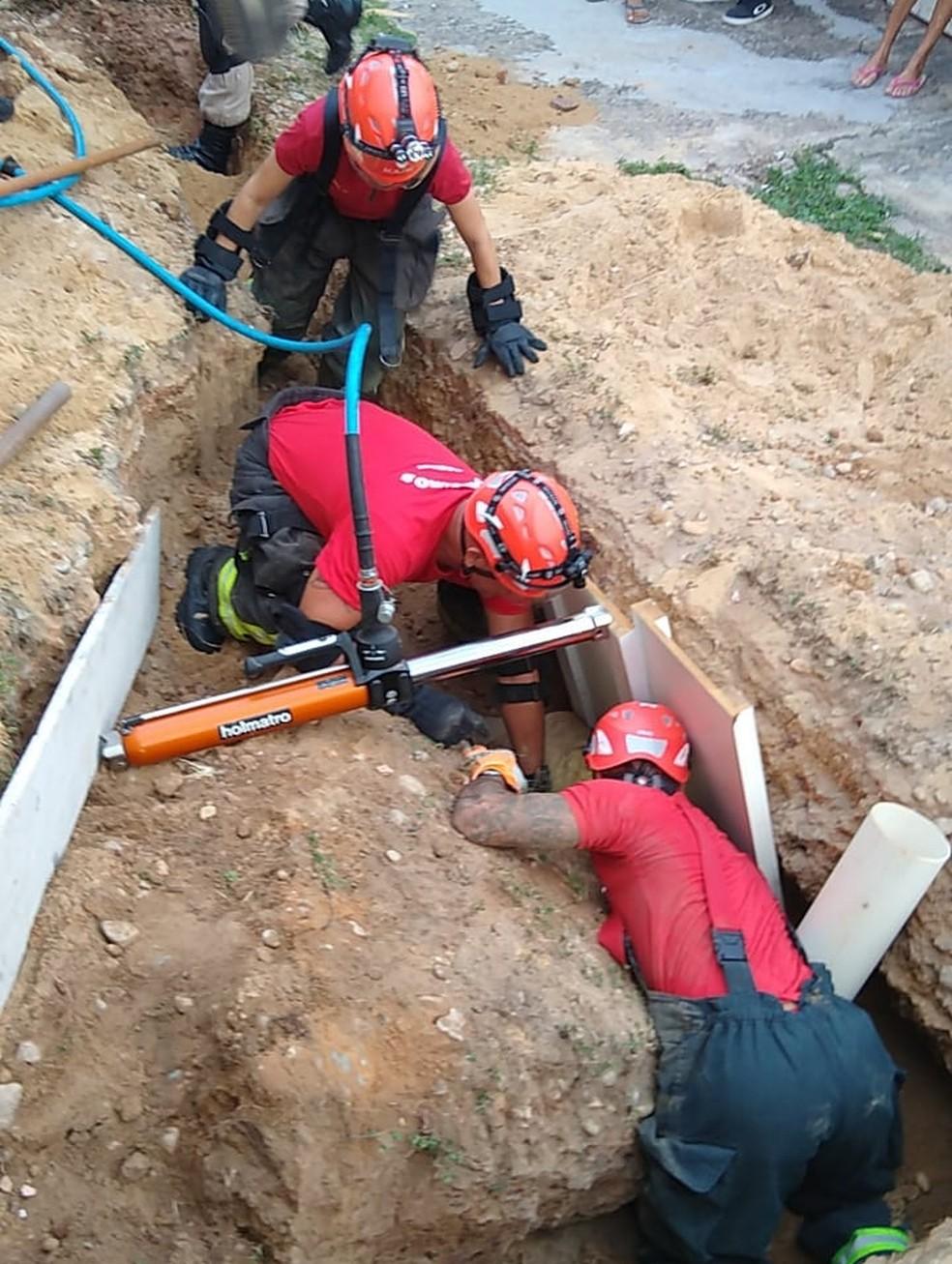 Homem é resgatado após cair em buraco de obra e ser soterrado em Natal — Foto: Cedida