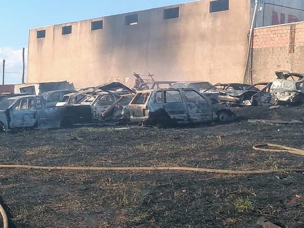 Bombeiros de Itaí e Avaré controlaram fogo após duas horas — Foto: Corpo de Bombeiros/Divulgação