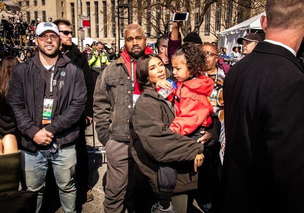 Kanye West, Kim Kardashian e North West participam da manifestação contra o porte de armas nos EUA (Foto: Instagram/Reprodução)