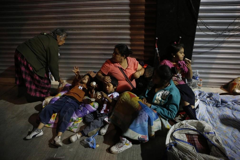 Com medo de novos tremores, família dorme na rua no bairro de Roma, na Cidade do México (Foto: Rebecca Blackwell/AP Photo)