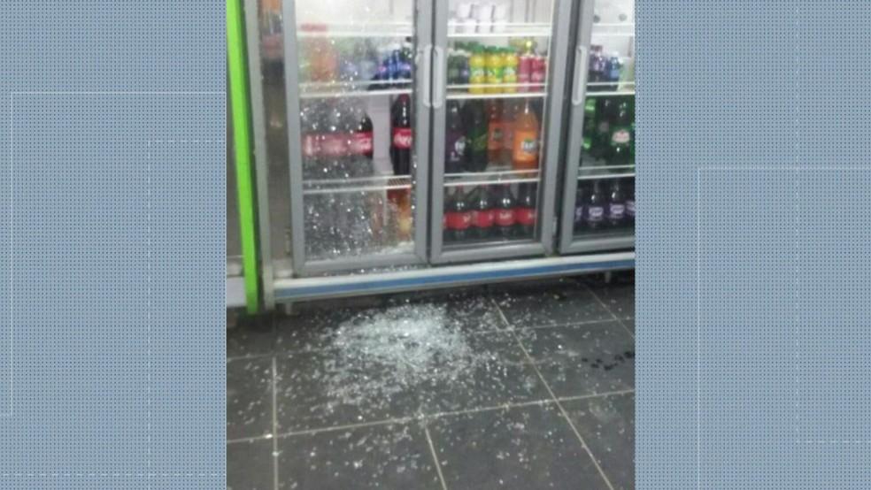 Comércio foi atingido por tiros em Santa Cruz, na Zona Oeste do Rio (Foto: Reprodução/ TV Globo)