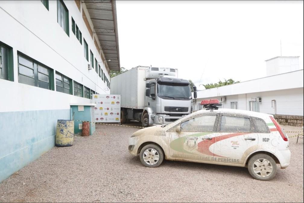 Manhã de sexta (18): carro do IGP cheio de lama em Presidente Getúlio — Foto: Patrick Rodrigues/NSC