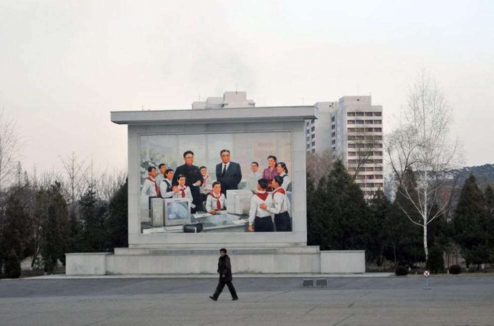 Um mural retrata Kim Il-sung e Kim Jong-il em uma aula de TI da escola — Foto: Getty Images via BBC