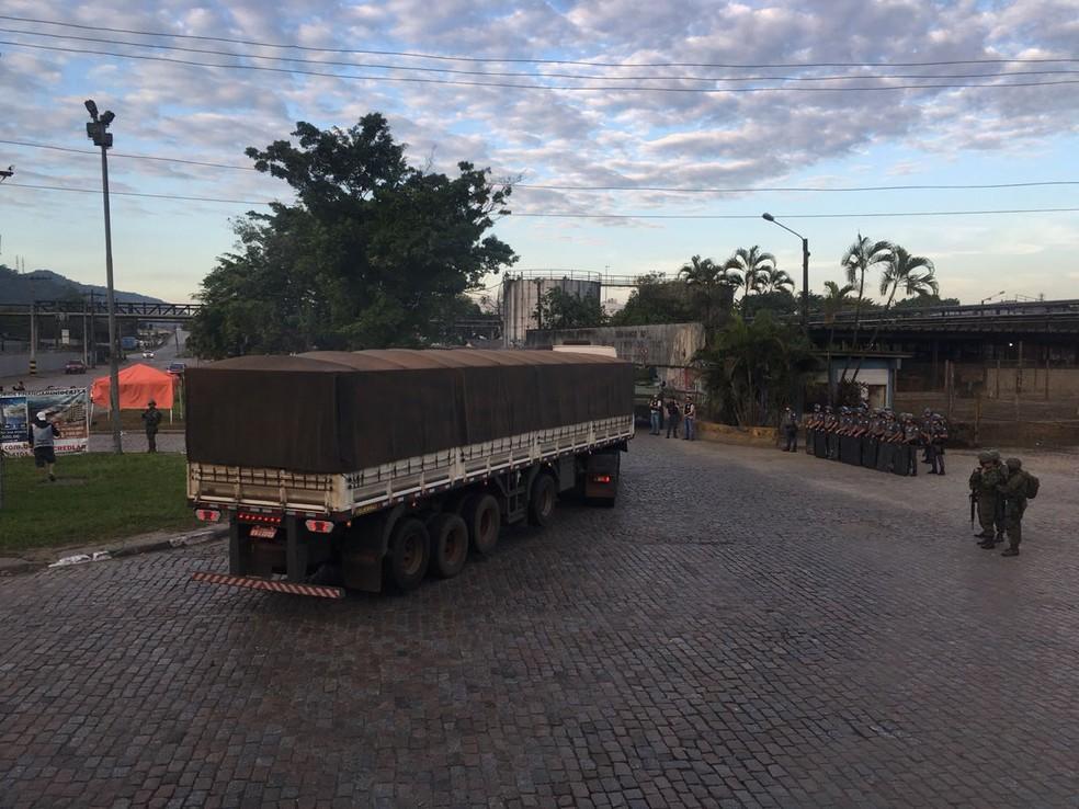 Militares fazem a segurança no acesso ao Porto de Santos, SP. (Foto: Solange Freitas/G1)