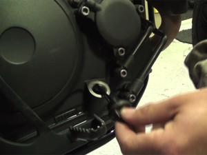 Verificando o nível de óleo da moto (Foto: G1)