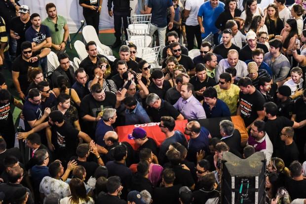 Corpo de Gabriel Diniz é levado por Corpo de Bombeiros (Foto: Steven Ellison/Brazil News)