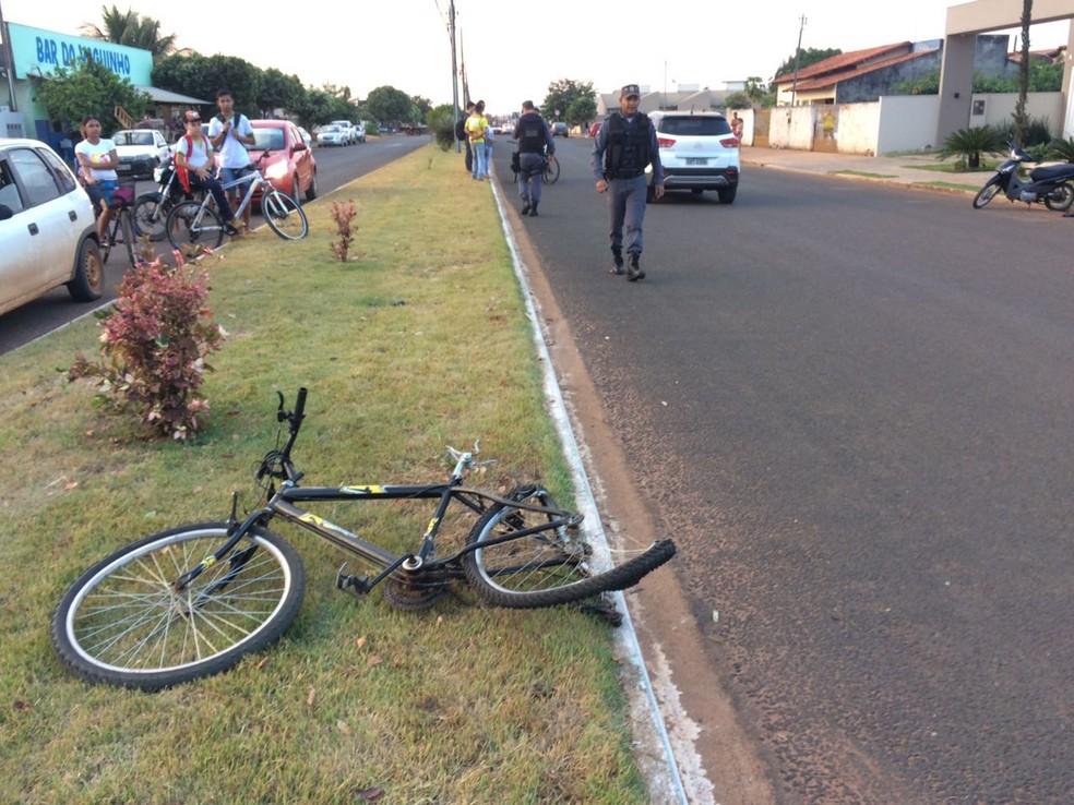 Bicicleta ficou retorcida depois que adolescente de 14 anos morreu atropelado (Foto: Willian Tessaro)
