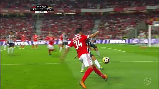 Cruzou? Nada... André Almeida, do Benfica, engana goleiro e leva pintura internacional