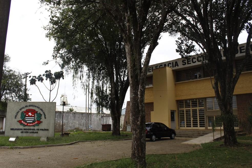 Termo circunstanciado sobre santinhos foi registrado na Delegacia Seccional de São Carlos — Foto: Camile Fabre/G1
