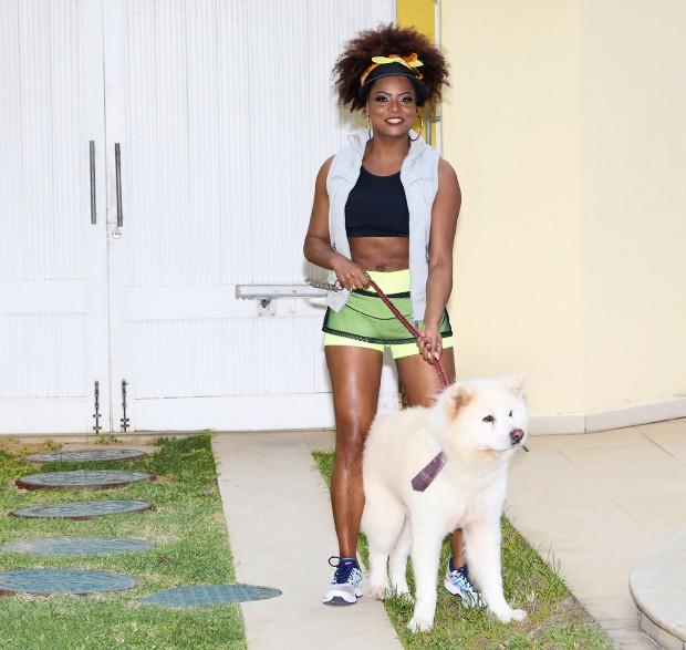 Adriana Bombom com seu cachorro, Urso (Foto: Reginaldo Teixeira / Ed. Globo)