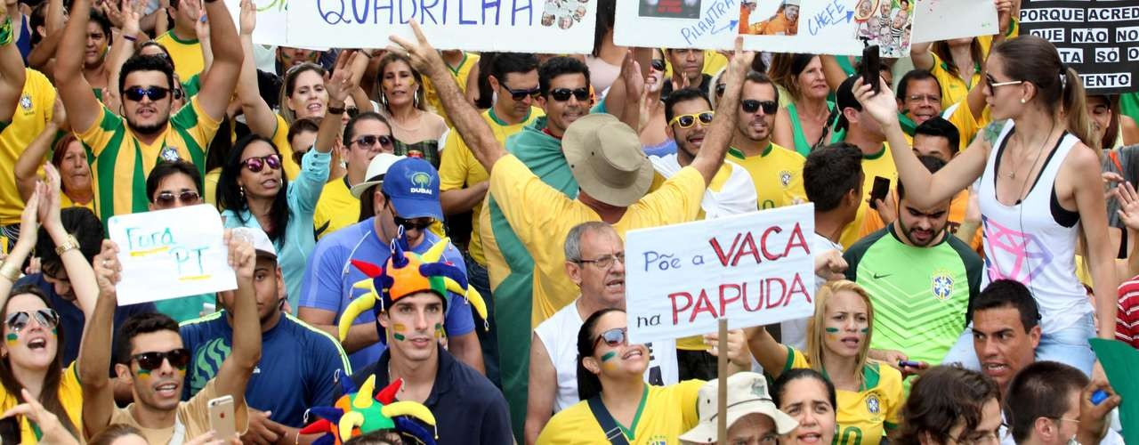 "Cartaz durante as manifestações pró-impeachment da presidente Dilma Rousseff: ""Põe a vaca na Papuda"" (Foto: Reprodução)"