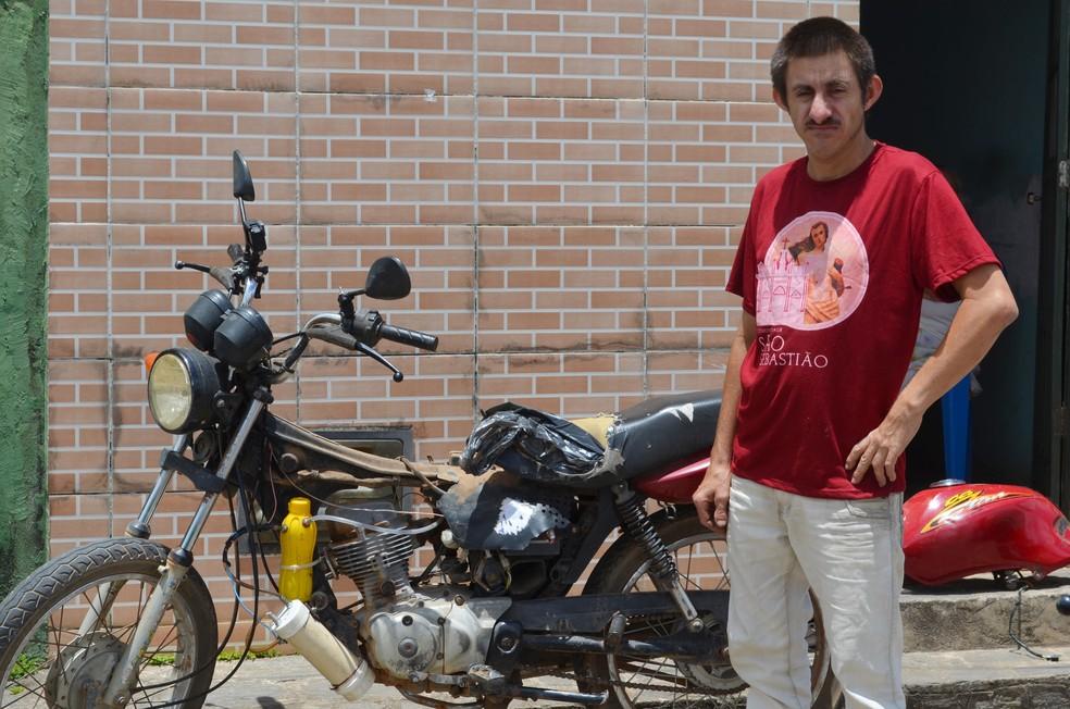 Sandro Alves, conhecido como 'inventor' em Alagoa Nova, no Agreste da Paraíba, diz que moto faz 1000 km com apenas 1 litro de água — Foto: Érica Ribeiro/G1